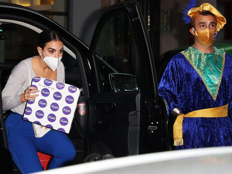 Georgina Rodríguez, paje de los Reyes Magos, entrega regalos a los niños más desfavorecidos