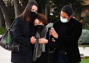 Esther Doña, destrozada en el funeral de su padre