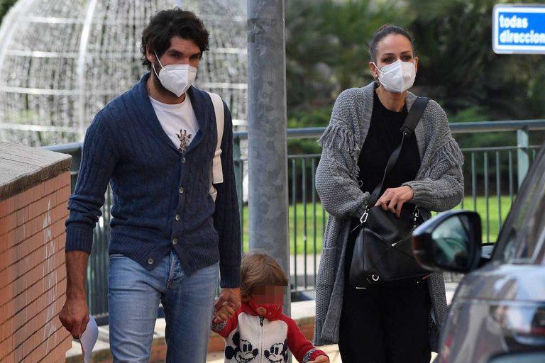 Eva González y Cayetano Rivera pasean por las calles de Sevilla