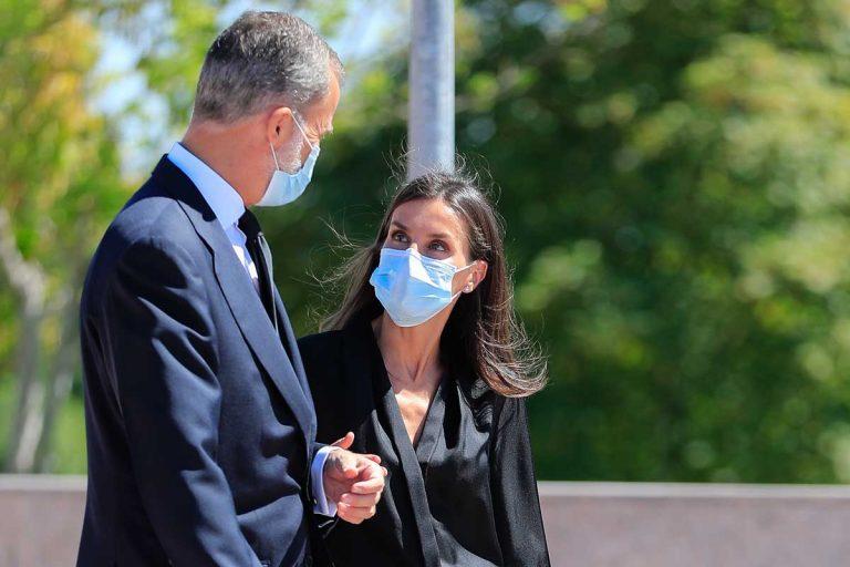 La mirada «de celos» de la Reina Letizia al Rey Felipe cuando saluda a otra periodista