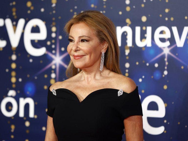 Ana Obregón posa de negro y muy elegante antes de dar las Campanadas