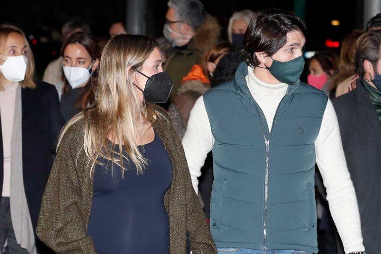 María Pombo, rodeada de su familia, acude a la incineración de su abuelo