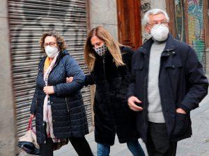 Los padres de Rafael Amargo echan así a los periodistas de las inmediaciones del teatro La Latina