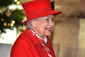 La sonrisa (y los labios pintados de rojo) de la reina Isabel lo dicen todo: el esperado reencuentro prenavideño de los Windsor