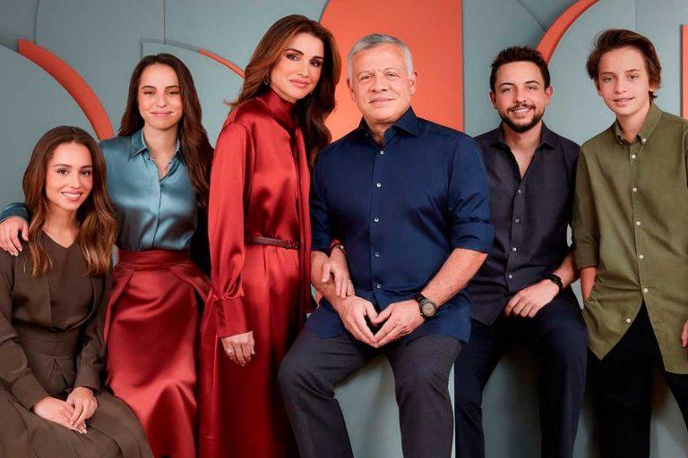 Rania de Jordania celebra la 'prenavidad' con otro comentado posado en familia