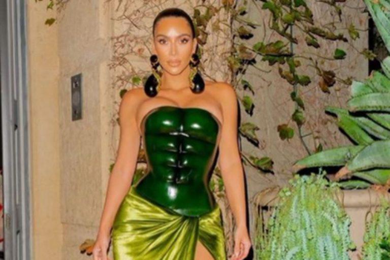 Kim Kardashian impacta con su 'look' navideño al más puro estilo 'Hulk'
