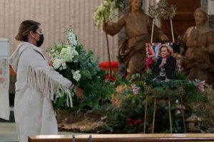El dolor de Elena Tablada en la misa funeral de su abuela, Elena Moura