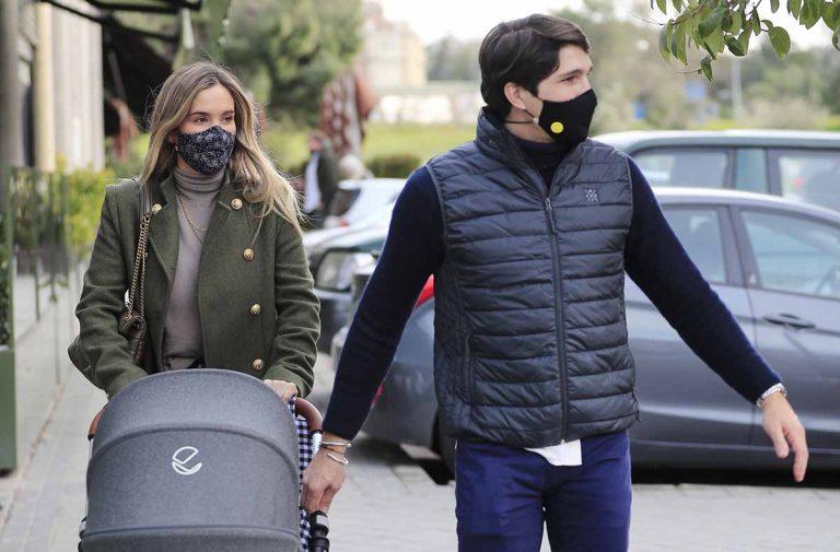 María Pombo y Pablo Castellano dan su primer (y breve) paseo con su hijo Martín
