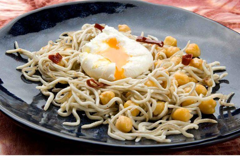 Huevos con gulas y garbanzos