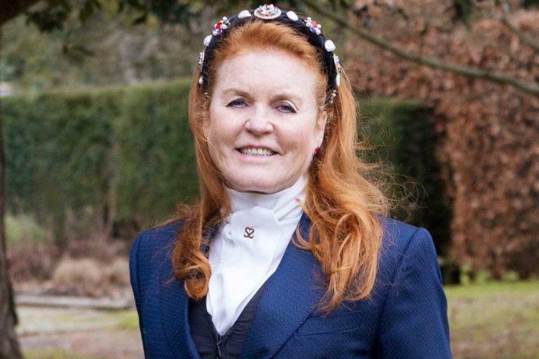 La entusiasta estrategia de Sarah Ferguson (vestida de amazona victoriana) para vender su nuevo libro sobre su tía abuela