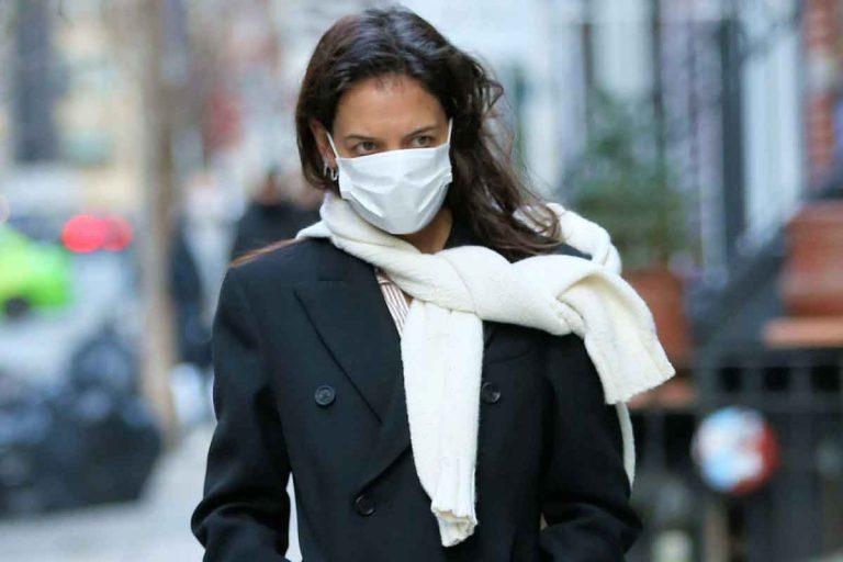 El abrigo negro largo no puede faltar en tu armario (palabra de Katie Holmes)