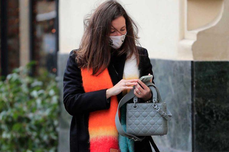 Jessica Bueno alegra su look en negro con una bufanda multicolor de 200€