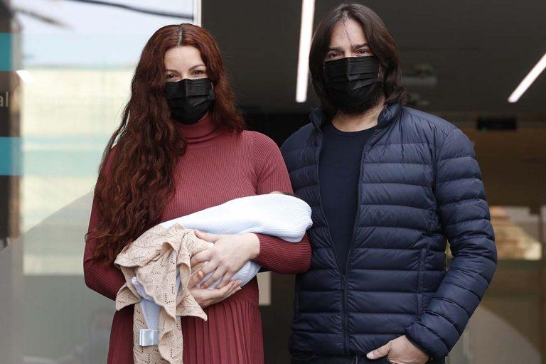 Joaquín Cortés y Mónica Moreno abandonan el hospital con su segundo hijo