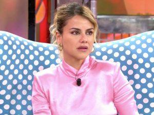 Mónica Hoyos se entera en directo de que su novio ha estado en busca y captura por estafa