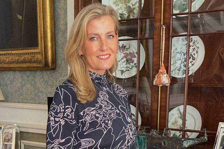 Sophie Wessex, rejuvenecida y a la última vestida de una famosa diseñadora en apuros