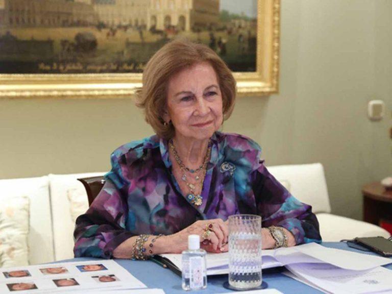 La Reina Sofía vuelve al trabajo tras vacunarse contra el covid