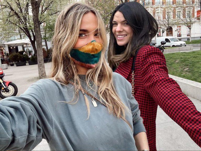 Laura Matamoros y María Pombo coinciden con la misma mascarilla ¡y no puede ser más bonita!