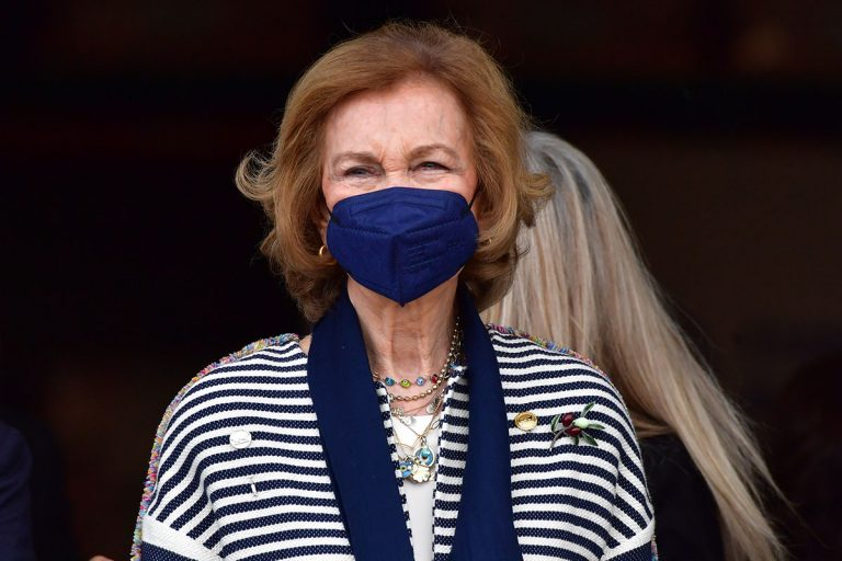 La Reina Sofía, más juvenil que nunca, visita el Banco de Alimentos de Sevilla