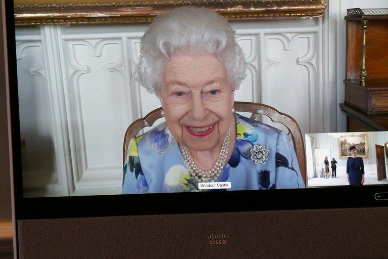 Sonrisa, flores y perlas… El regreso de la reina Isabel dando ejemplo