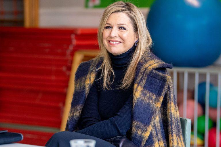 Máxima de Holanda renace con un abrigo de cuadros 'oversize'