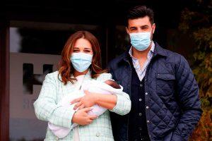 Paula Echevarría y Miguel Torres presentan a su hijo a la salida del hospital