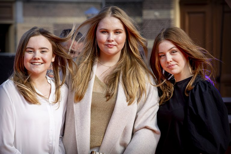 Las princesas de Holanda felicitan a su padre a ritmo de rock (y ahora sí visten de su edad)