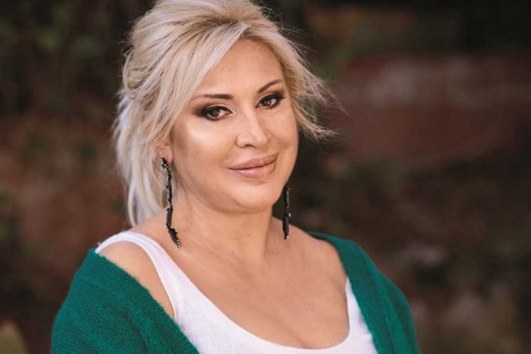 Raquel Mosquera da un golpe en la mesa tras las palabras de Rocío Carrasco