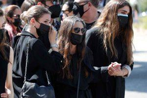 Ángela Molina, rota y arropada por su familia en el entierro de su madre, Ángela Tejedor