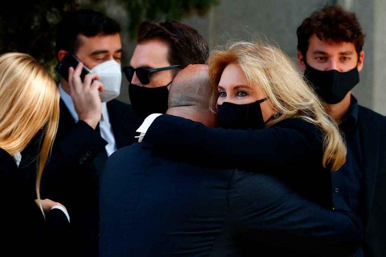 Norma Duval, abatida en el entierro de su madre, Purificación Aguilera