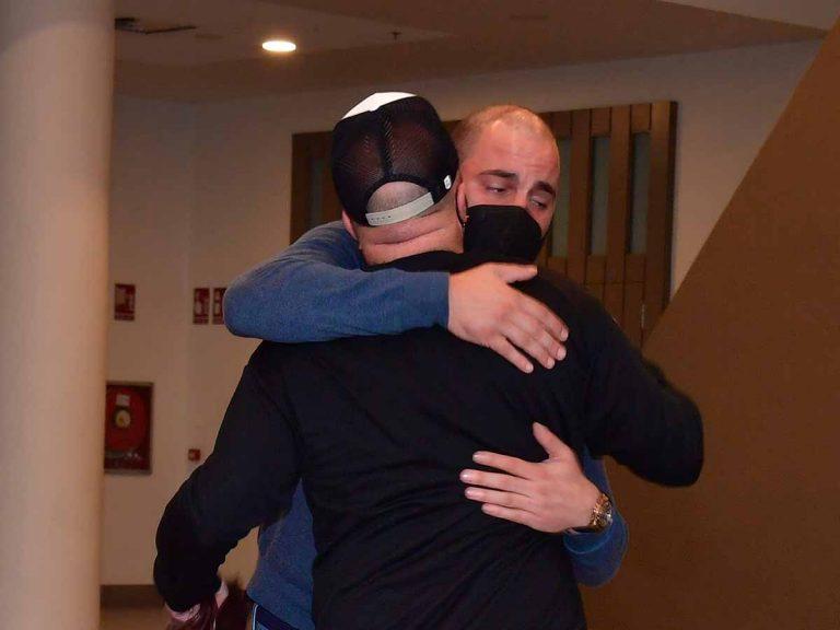 Kiko Rivera y Antonio Tejado, desolados se funden en un abrazo tras el fallecimiento de su padre, Juan Carlos