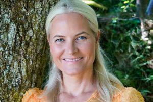 Mette-Marit de Noruega, sonriente y en forma, se dirige a unas mujeres muy especiales