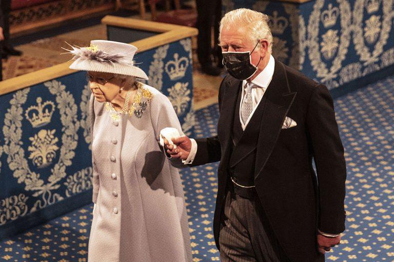 La reina Isabel, sin corona ni armiño, de la mano de Carlos y Camilla en la Apertura del Parlamento