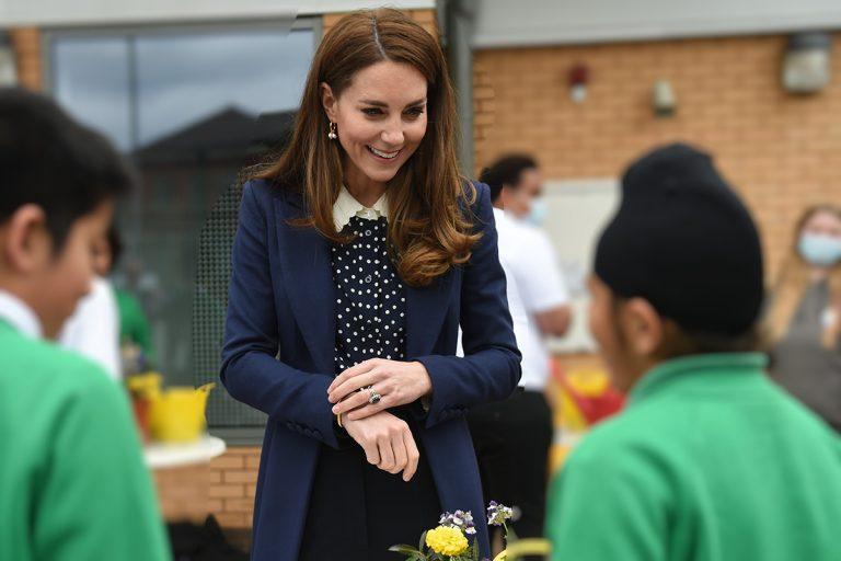 Kate arrasa con su blusa de lunares y cuello 'de madre'