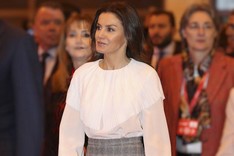 La blusa de cuello capa con la que Letizia se adelantó a la tendencia