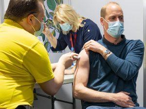 El aplaudido mensaje del príncipe Guillermo tras ser vacunado contra el coronavirus