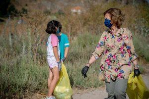 La reina Sofía, muy comprometida con el medioambiente, vuelve a recoger basura