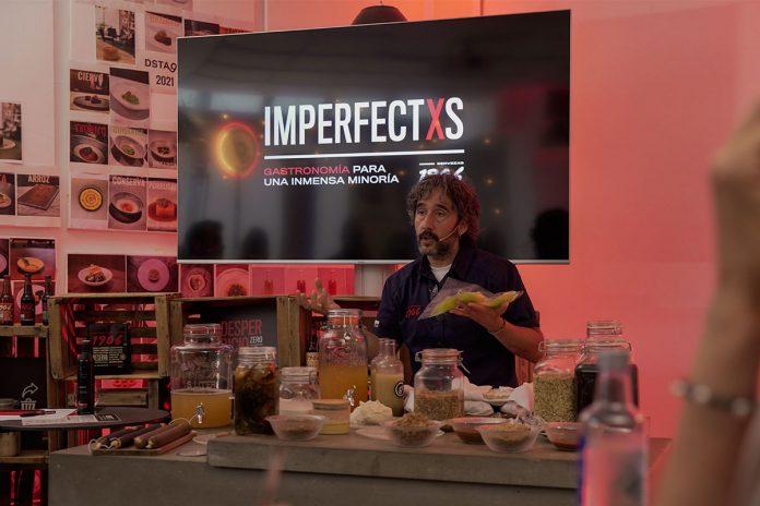 El chef Diego Guerrero explicando trucos durante el día de la gastronomía sostenible.