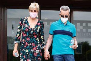 Ortega Cano recibe el alta y abandona el hospital de la mano de Ana María Aldón