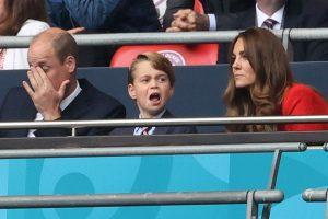El príncipe George (un miniyo de su padre) enloquece en el fútbol animando a Inglaterra