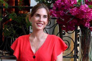 Mini vestido rojo y capazo, el look ideal del verano lo tiene Lourdes Montes