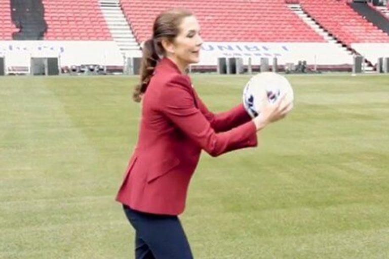 Mary de Dinamarca muestra sus insólitas habilidades con el fútbol (¡no te la pierdas!)