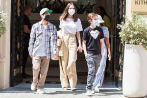 Angelina Jolie cambia de estilo en París (y es muy fácil de copiar)