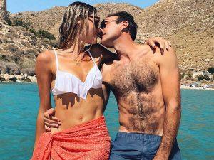 Enrique Ponce y Ana Soria, sorprendidos muy cariñosos en alta mar: besos, carantoñas y mucha complicidad