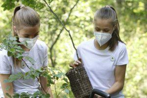 La Princesa Leonor y la Infanta Sofía muestran su lado más desconocido plantando un árbol con otros jóvenes