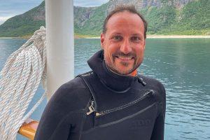 Haakon de Noruega celebra su 48 cumpleaños vestido de neopreno