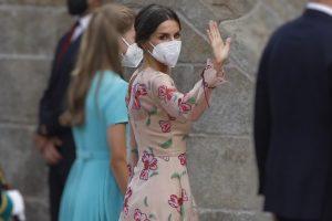El deseado bolsito rosa que arrasa en Nueva York con el que Letizia florece en Santiago de Compostela