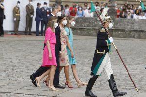 La habilidad de la Reina Letizia y la Princesa Leonor para caminar con tacones sobre adoquines en el Día de Santiago