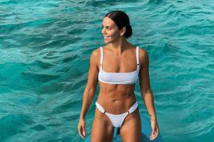 En bañador, en biquini… el blanco es el color de la temporada y así lo llevan las famosas