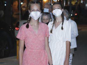 Leonor y Sofía dan una lección sobre cómo vestir (y peinarse) para una cena de verano