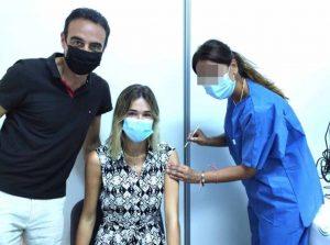 Enrique Ponce se vacuna junto a Ana Soria y sufre una avalancha de críticas